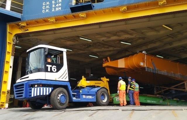 Xếp dỡ thành công cần cẩu Liebherr nặng 41 tấn tại cảng Tân Vũ, Hải Phòng