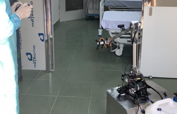 Bệnh viện dã chiến Củ Chi dùng robot khử khuẩn phòng cách ly thay cho nhân viên y tế