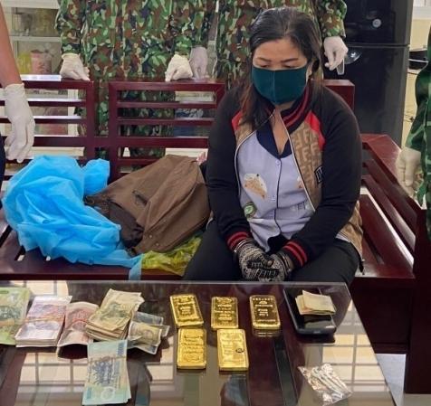 Người phụ nữ vận chuyển trái phép 5 kg nghi vàng khai gì?