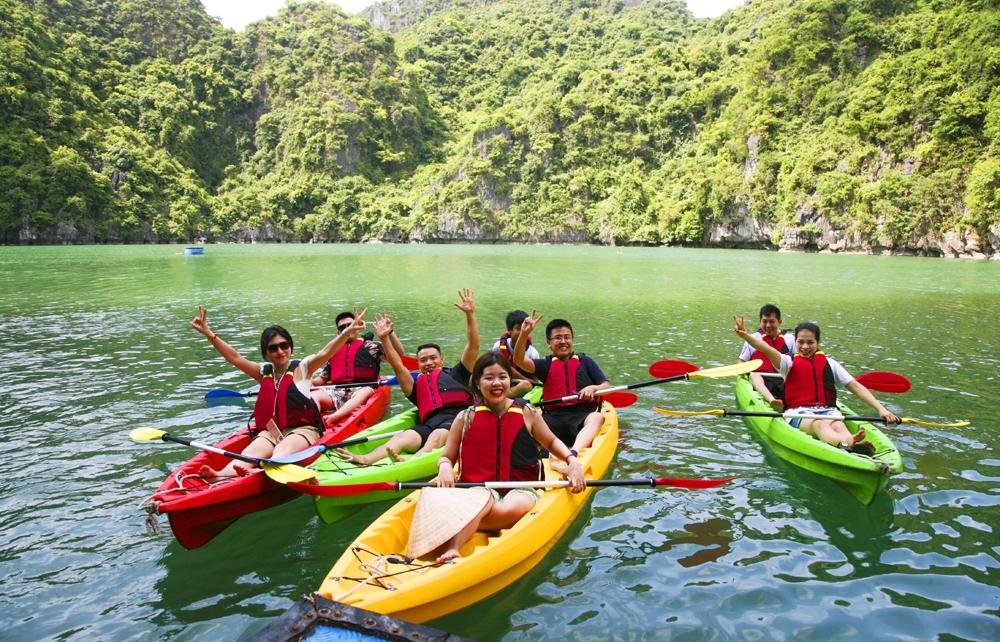 Khám phá Ba Hang bằng thuyền kayak