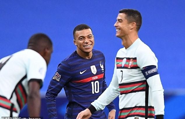 Kylian Mbappe mắt sáng rỡ khi đối đầu với Ronaldo